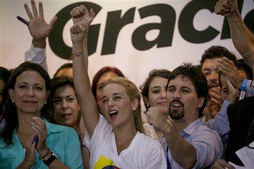 Lilian Tintori, esposa del encarcelado líder opositor Leopoldo López, centro, Freddy Guevara, del partido Voluntad Popular, derecha, y la ex congresista opositora María Corina Machado, izquierda, celebran en Caracas, Venezuela, el lunes 7 de diciembre de 2015. AP