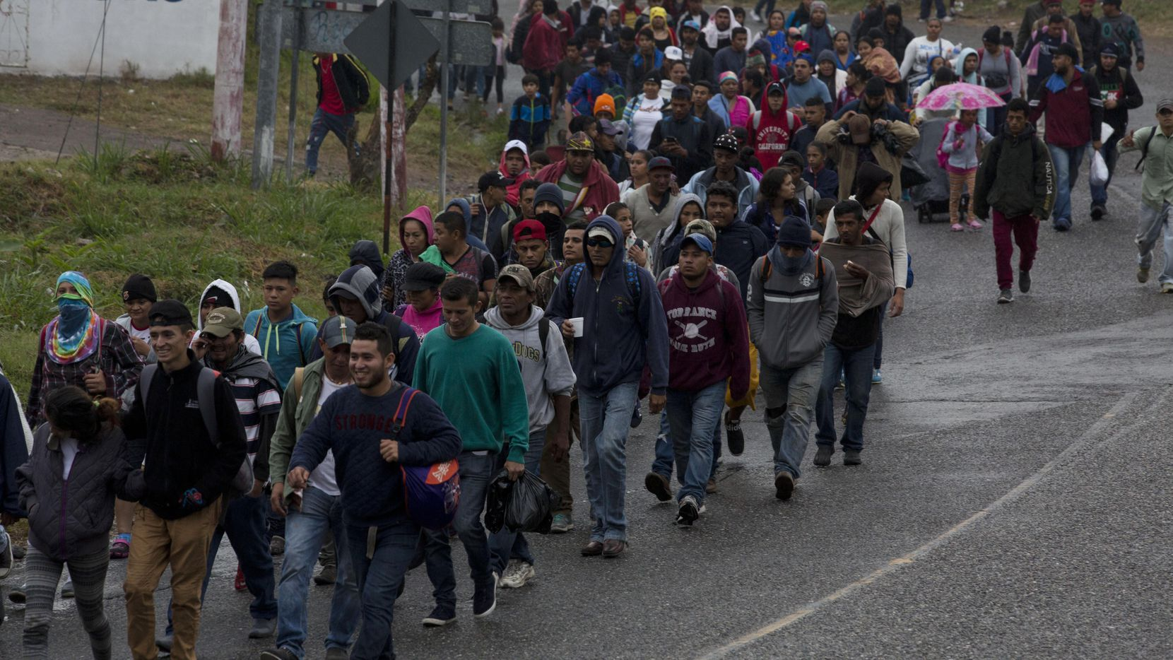 Un fragmento de la caravana de migrantes a su paso por el pueblo de Esquipulas, en Guatemala, marcha con la intención de llegar a los Estados Unidos.(AP)