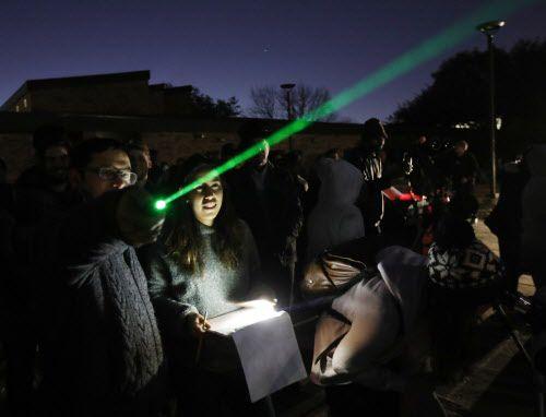 Chris Caston (izq.), profesor de física y astronomía, de Borokhaven College, utiliza un laser para explicar el eclipse lunar del miércoles.
