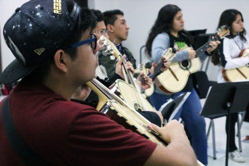 David Saucedo (frente), estudiante del penúltimo año toca el guitarrón durante un ensayo de mariachi en Sam Houston High School en Arlington, el 17 de enero del 2019. (Por Javier Giribet / Al Día)