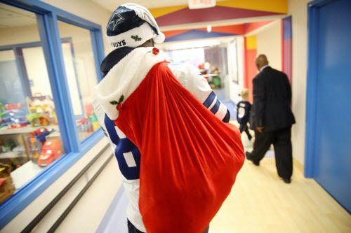 Dez Bryant llegó con regalos a varios hospitales de niños del Metroplex. Fotos DMN