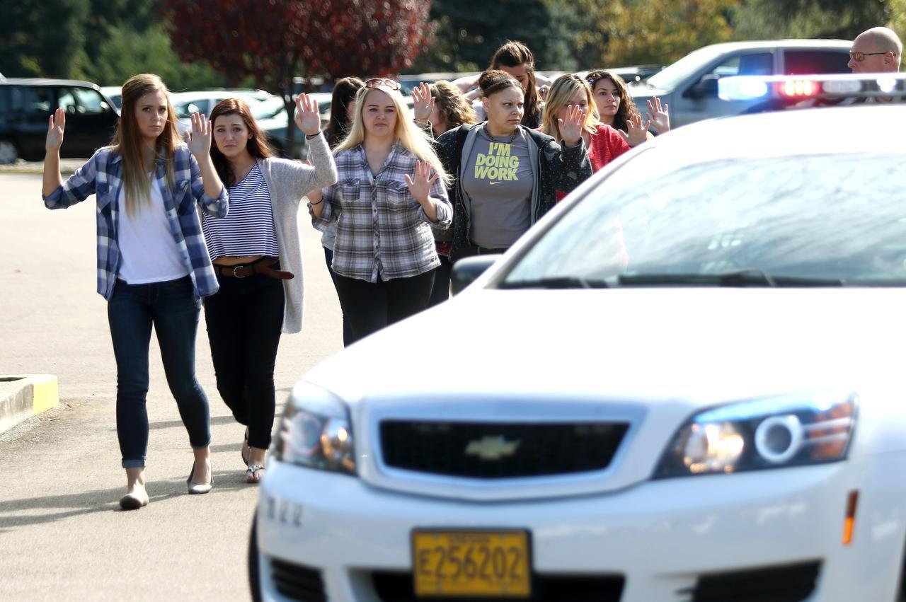 Estudiantes y profesores son evacuados del colegio comunitario Umpqua, en Roseburg. Nueve muerie (AP/MICHAEL SULLIVAN)