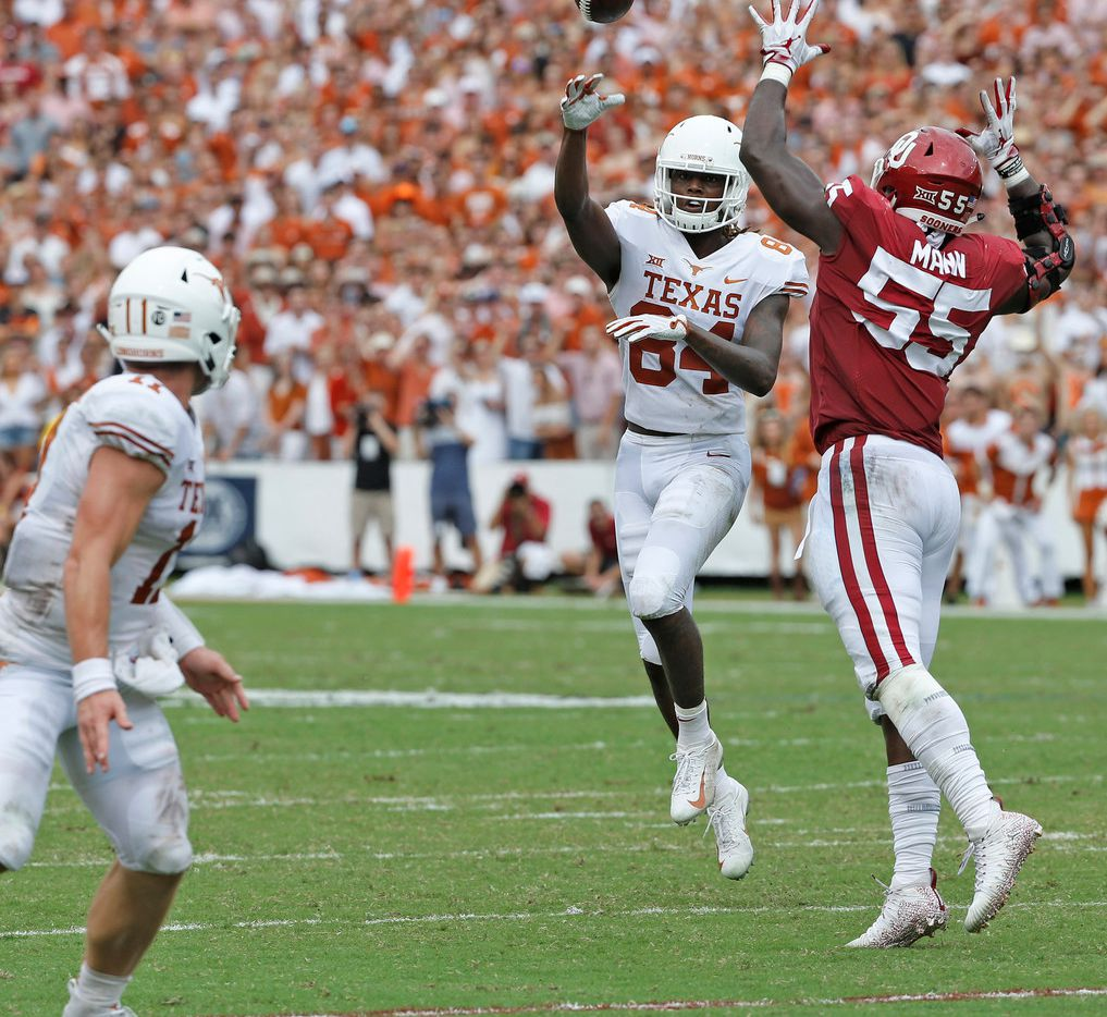 Texas Longhorns wide receiver Lil'Jordan Humphrey (84) throws a pass to Texas Longhorns quarterback Sam Ehlinger (11) in the second quarter during the University of Texas Longhorns vs. the Oklahoma Sooners NCAA football game at the Cotton Bowl in Dallas on Saturday, October 6, 2018. (Louis DeLuca/The Dallas Morning News)