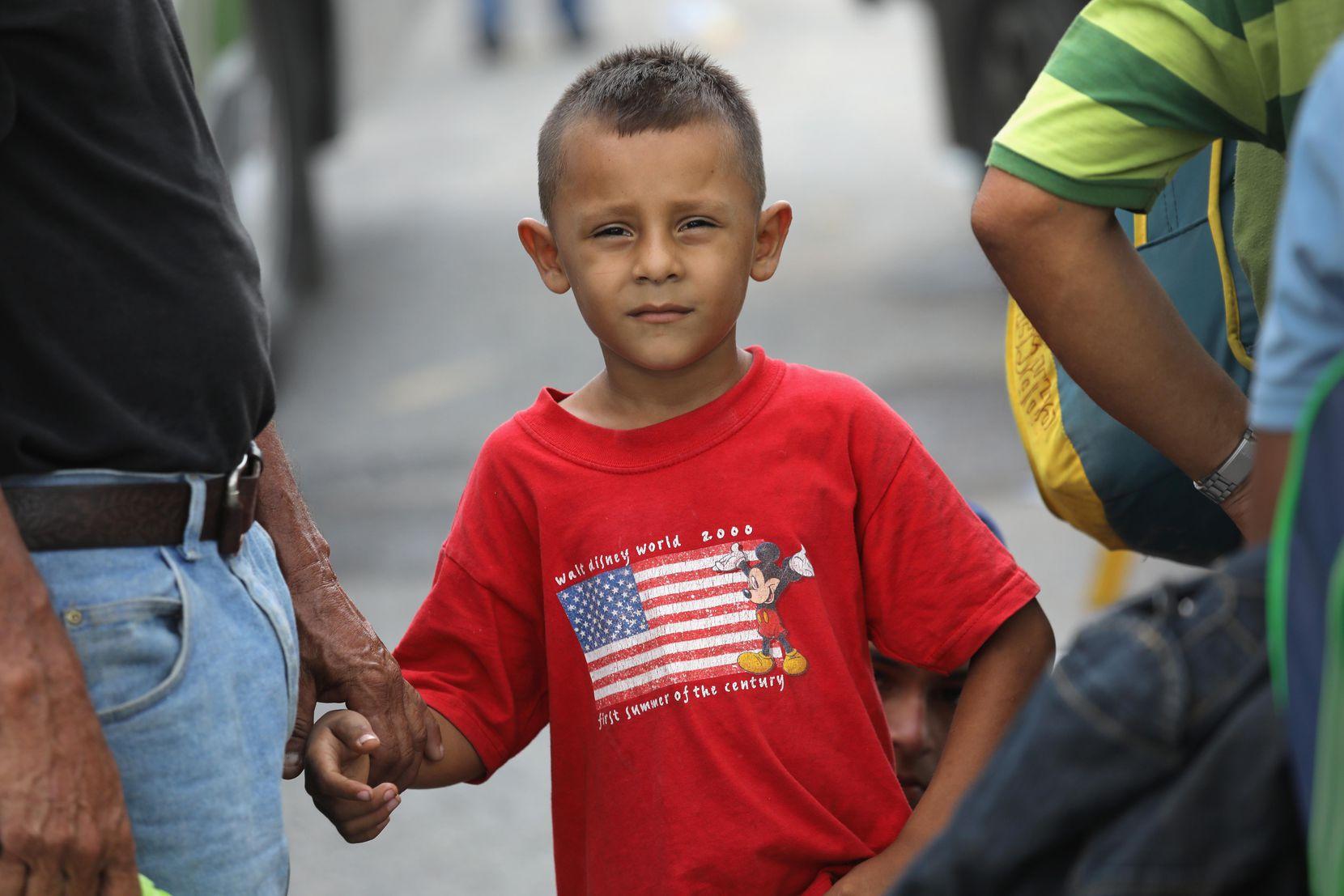David Cortez, de 7 años, junto a su padre, es parte de una caravana de cientos de migrantes que quieren cruzar a Estados Unidos. GETTY IMAGES