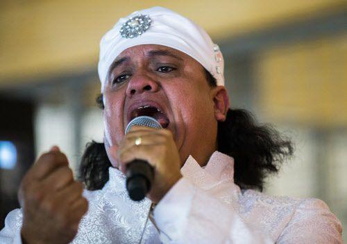 Ernesto Rangel presenta una actuación del artista Juan Gabriel durante un homenaje al aniversario de su muerte en el Mercado 369, el sábado. (Ashley Landis/DMN)