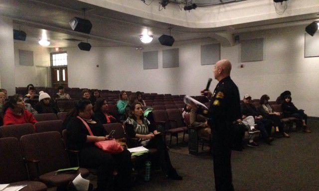 El oficial de la policía de Dallas Roberto Muñoz habla con residentes de Oak Cliff sobre los servicios que ofrecen las autoridades locales para hispanohablantes. (AL DIA/LOURDES VAZQUEZ)