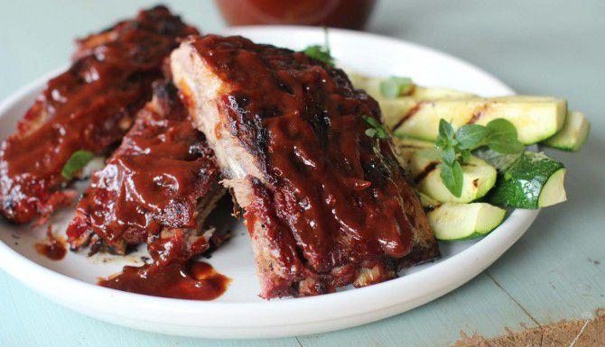 Esta receta de salsa BBQ se hace con bourbon y azucar morena. Va muy bien con costillas y otras carnes. (AP/MATTHEW MEAD)