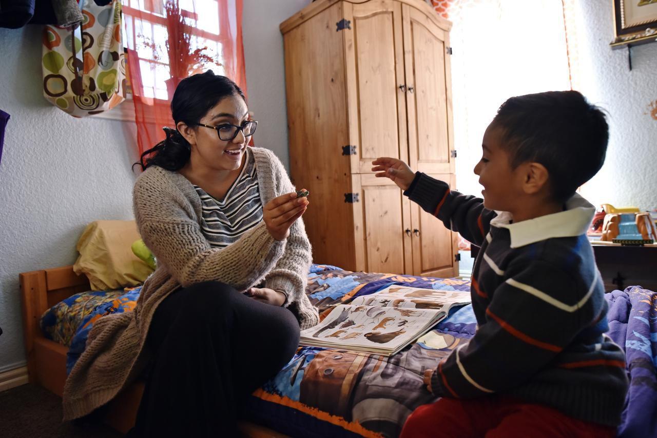 Madai Ochoa, de 17 años, junto a su hijo Ethan, de 3. Madai, una madre soltera, se graduará en la preparatoria Lassiter con un título asociado de El Centro College. (ESPECIAL PARA AL DÍA/BEN TORRES)