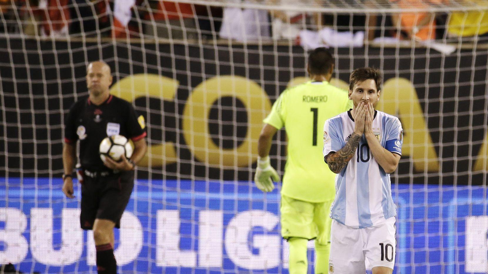 Lionel Messi reacciona luego de fallar un penal en la final de la Copa América Centenario entre Argentina y Chile.