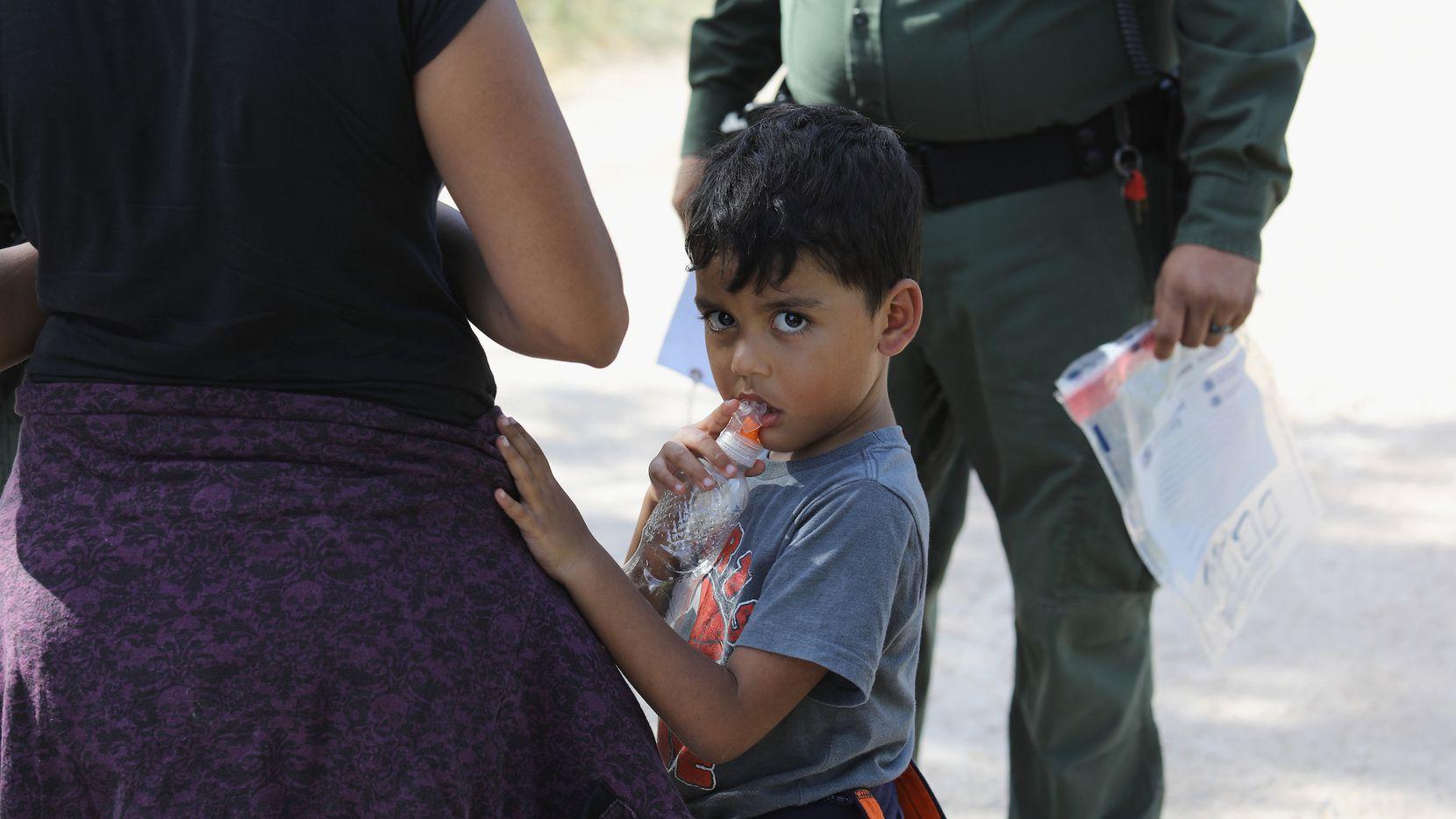 Una familia centroamericana es detenida en la frontera entre Texas y México por la Patrulla Fronteriza. GETTTY IMAGES.
