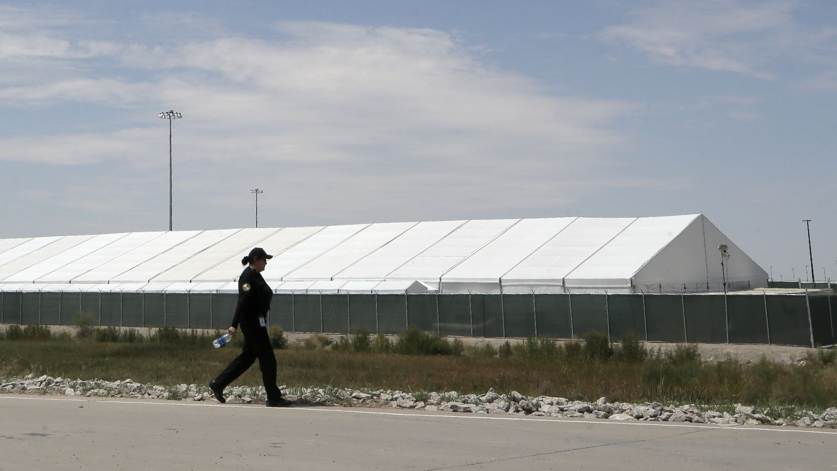 Un guardia de seguridad camina frente a una de las carpas instaladas en El Paso para albergar inmigrantes.