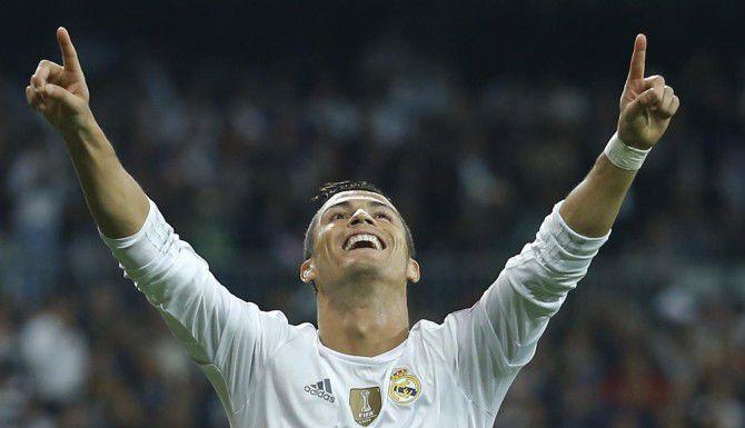 """Cristiano Ronaldo se volvió a destapar con un """"hat trick"""" en la goleada del Real Madrid sobre el Shakhtar Donetsk.) (AP/FRANCISCO SECO)"""