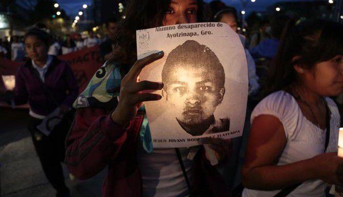 Una mujer marcha por la Ciudad de México para denunciar la desaparición de los 43 estudiantes de Guerrero. (AP/Eduardo Verdugo)