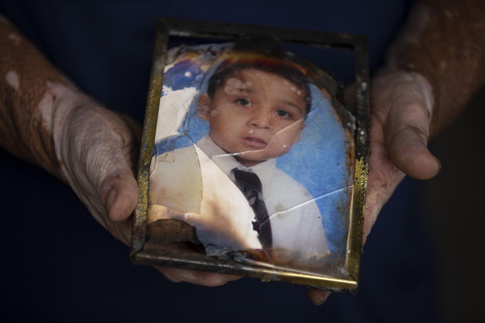 Domingo Méndez muestra una fotografía de su hijo Pablo, una de las pertenencias que recuperaron luego de que su casa explogó debido a una fuga de gas en 2011. SMILEY POOL/DMN