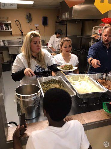Rusmery Thais Chirinos de Blanco (izq.) como voluntaria en un evento de caridad en noviembre en Arlington. (Cortesía de Robinson Chirinos)