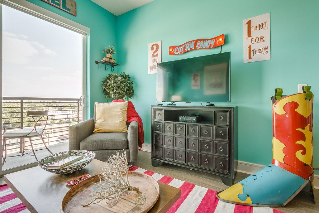 Designer Courtney Warren was inspired by her family's annual trip the State Fair of Texas when outfitting the Dallas apartment.