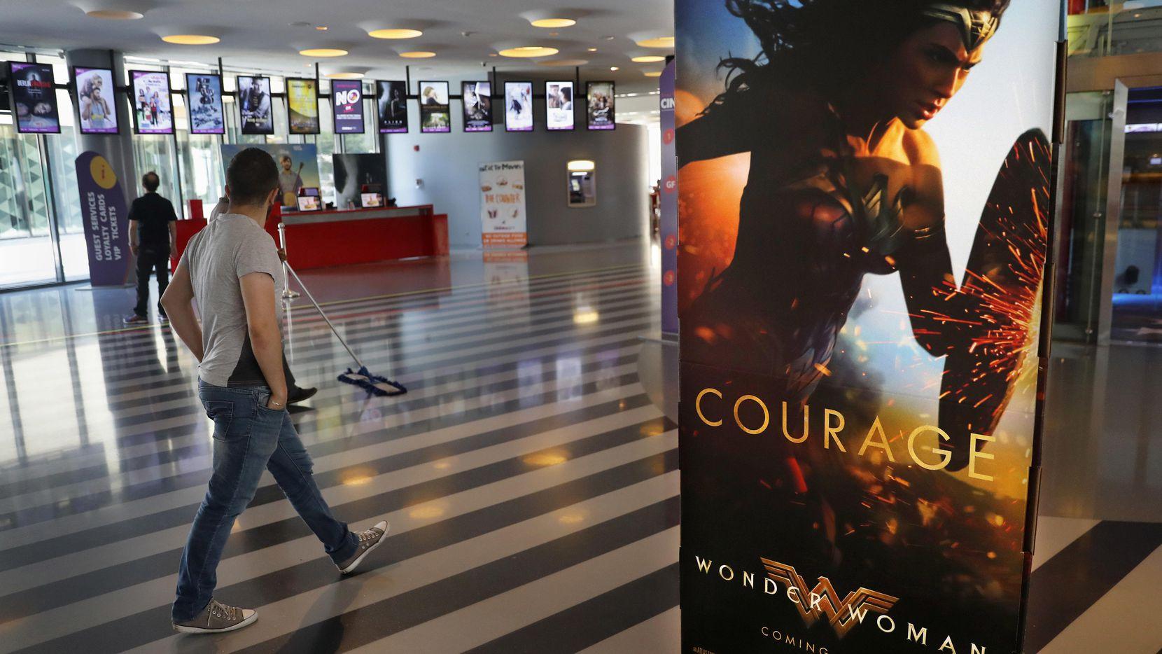 """Un hombre pasa junto a un poster promocional de la película """"Wonder Woman"""" (""""Mujer Maravilla"""") en un cine en el centro de Beirut, Líbano. (AP/HUSSEIN MALLA)"""