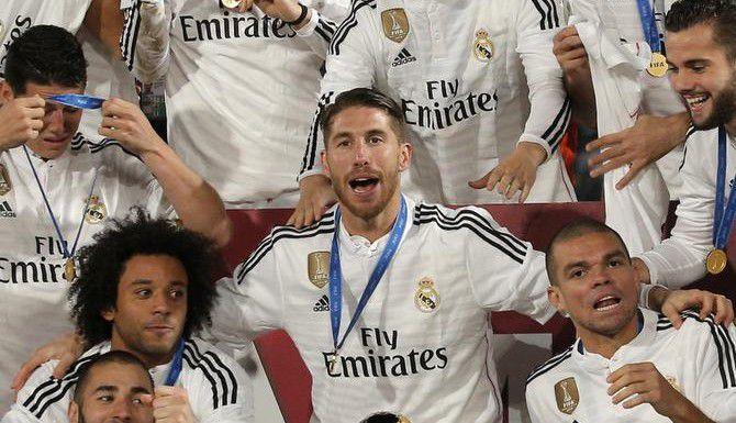 Sergio Ramos (centro) y el resto de los jugadores merengues celebran la victoria 2-0 sobre San Lorenzo en la final del Mundial de Clubes, el sábado en Marrakech, Marruecos. (AP/CHRISTOPHE ENA)