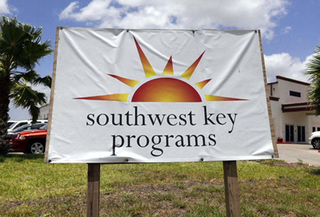 ARCHIVO – Esta fotografía de archivo del 20 de junio de 2014 muestra un letrero de Southwest Key Programs. Un albergue de dicha organización sin fines de lucro está siendo investigado por maltrato infantil. (AP Foto/Eric Gay, archivo)