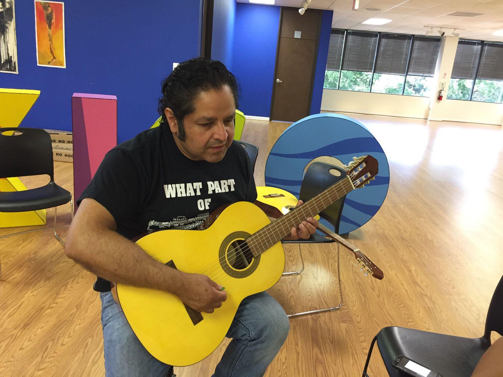 Antonio Salas,instructor de música en la galería del consulado mexicano el sábado 8 de junio. (AL DÍA/CARMINA TISCAREÑO)