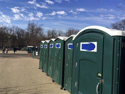 """Una fila de baños portátiles, con el nombre de la compañía """"Don's Johns"""" tapado, es vista en el Capitolio en Washington, el viernes 13 de enero de 2017. (AP Foto/Matthew Daly)"""