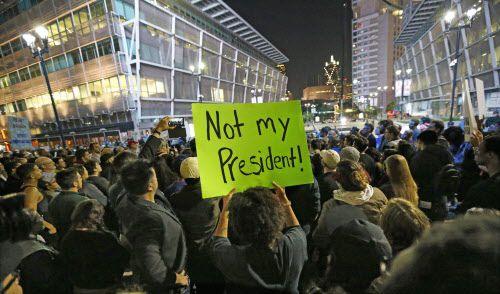 Alrededor de 300 personas protestaron contra la elección de Trump en Victory Plaza.