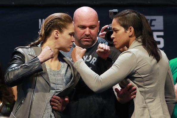 Ronda Rousey frente a Amanda Nunes en el pesaje oficial para su combate, el jueves en Nueva York. Foto GETTY IMAGES