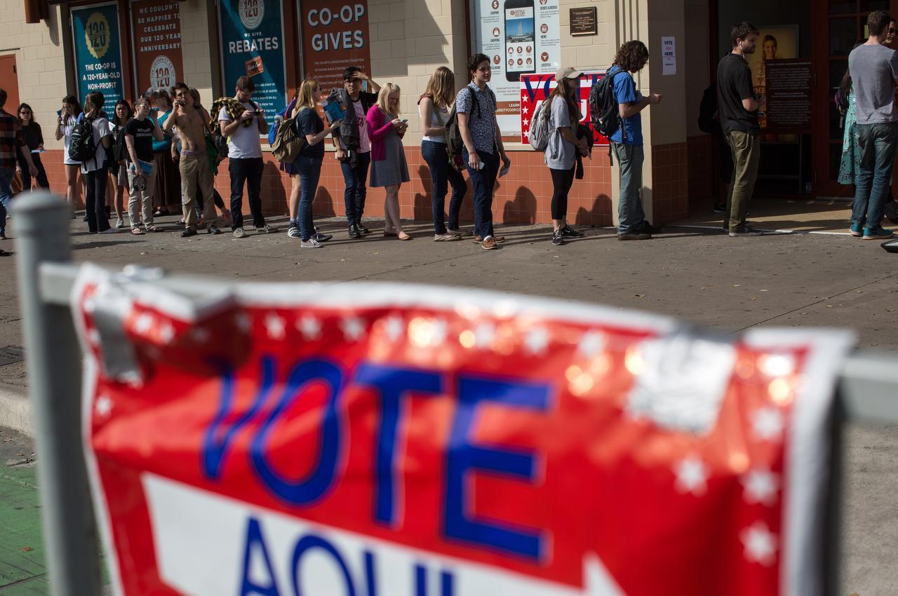 Un grupo de votantes hace fila para votar en Austin. (AP/TAMIR KALIFA)