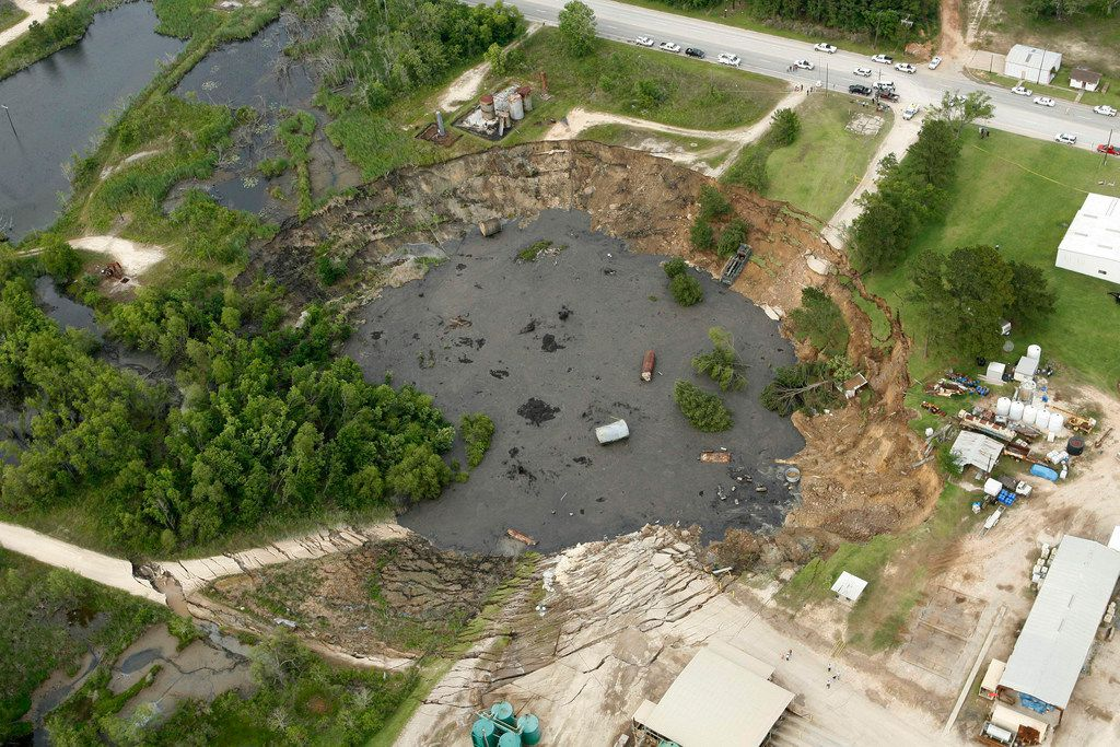 A massive sinkhole near Daisetta, Texas is seen Wednesday afternoon, May 7, 2008.  A large sinkhole swallowed up oil field equipment and some vehicles Wednesday in southeastern Texas and continued to grow.   (AP Photo/Houston Chronicle, James Nielsen) ORG XMIT: TXHOU105