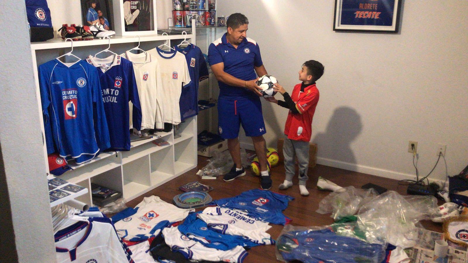 Jorge Domínguez junto a su hijo en un cuarto de su casa en Dallas dedicado a exhibir memorabilia del Cruz Azul.(FOTOS: WALTER R. ROQUE/ESPECIAL PARA AL DÍA)