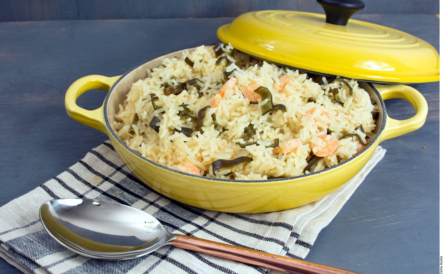 Para lograr un arroz con camarones y chilacas, usted licuar el caldo, el jugo, el ajo y el habanero. Saltear el arroz y agregar las chilacas. Agregar el líquido y los camarones. Cocinar a fuego medio y tapado por 20 minutos o hasta que esté bien cocido. (AGENCIA REFORMA)