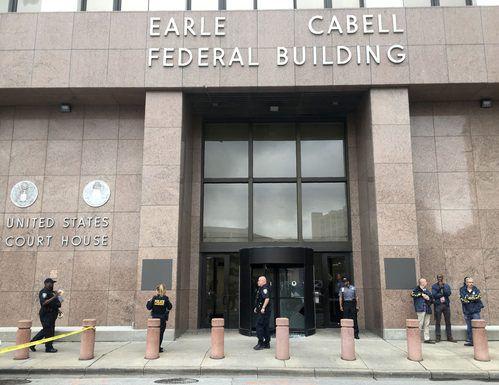 Los policías aseguran el lugar poco después de una balacera en el edificio Earle Cabell, una corte federal en Dallas. TOM FOX/DMN