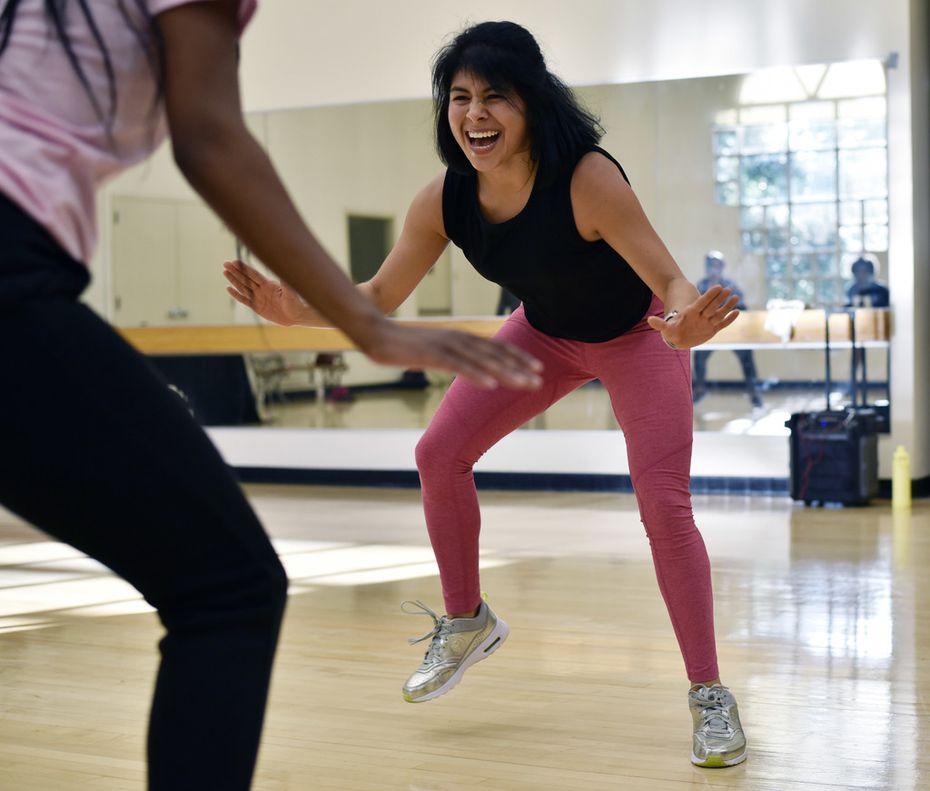 Martha Palacios (der.) realiza ejercicios como parte de una clase de Zumba en el Centro de Recreación Anita Martínez.