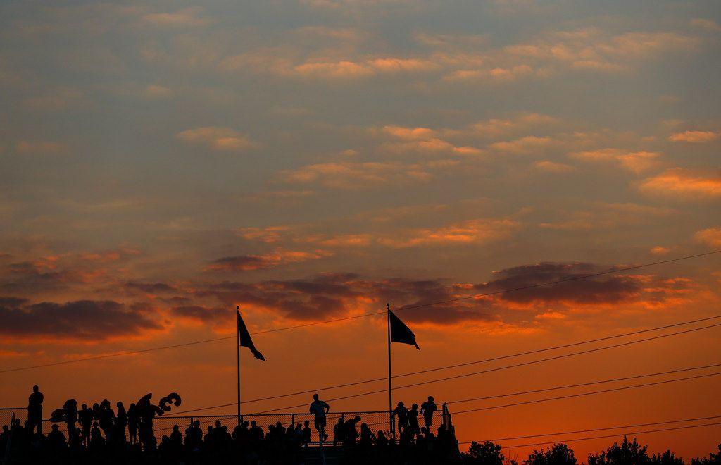 El sol se pone luego de un partido de futbol entre Parish Episcopal y Trinity Christian-Cedar Hill, el jueves en Dallas.