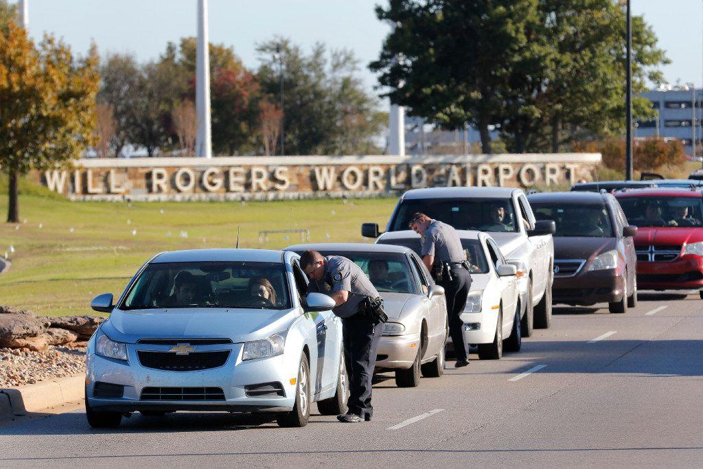 Oficiales de Oklahoma City pidieron información de los vehículos que salían del Aeropuerto Mundial Will Rogers, el martes 15 de noviembre 2016, en Oklahoma City. (AP)