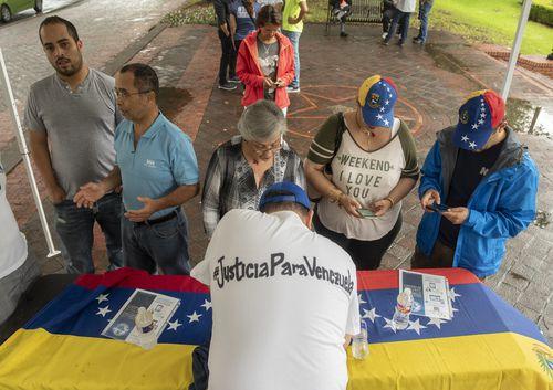Los venezolanos que en Mayo protestaron por la situación de su país en Ferris Plaza, firmaron entonces una petición para procesar a Nicolás Maduro ante la Corte Penal Internacional. Foto: KYE LEE/DMN