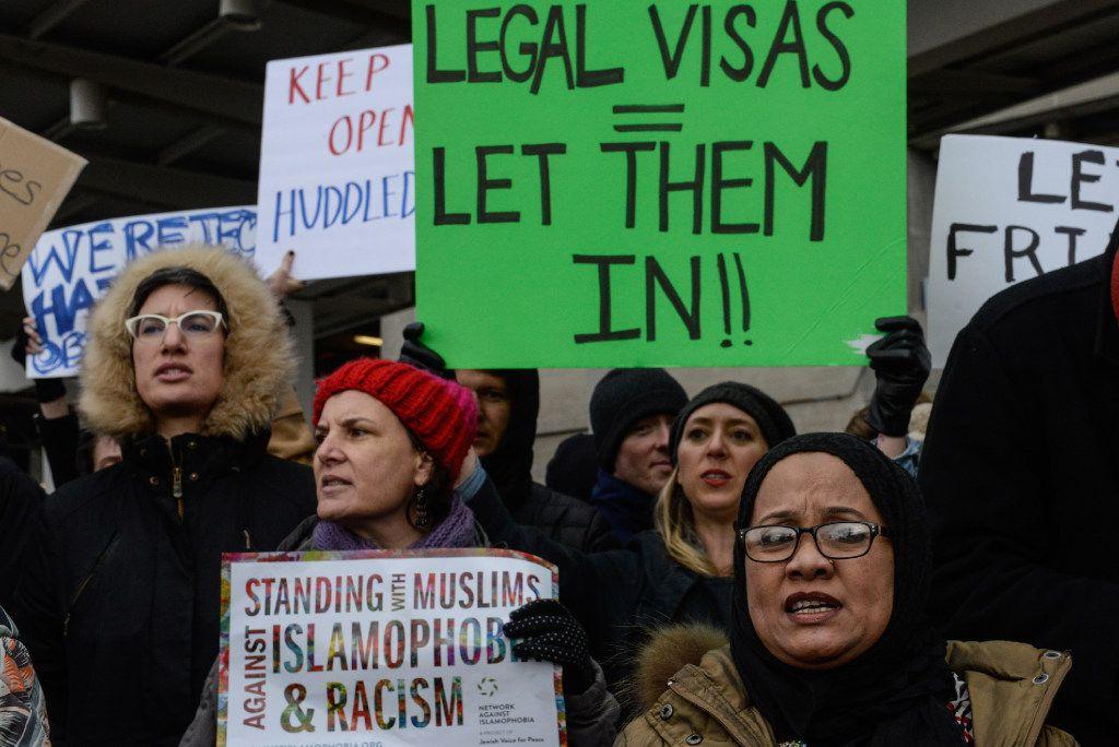 Manifestantes se reúnen durante una protesta en el aeropuerto internacional John F. Kennedy en Nueva York. (AP)