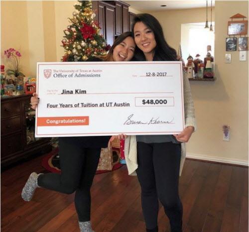 La estudiante de la preparatoria Jins Kim (der.) fue sorprendida con una beca de cuatro años para estudiar en la Universidad de Texas. (UT/CORTESÍA)