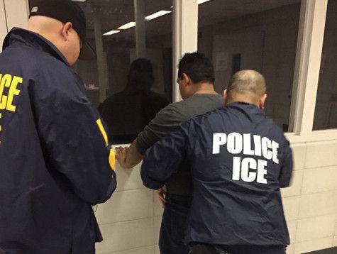 Agentes de ICE deteniendo a un hombre. Northwest Immigrant Rights Project, de Seattle, organización que ayuda a inmigrantes, puso una demanda contra el gobierno por libertad de expresión.