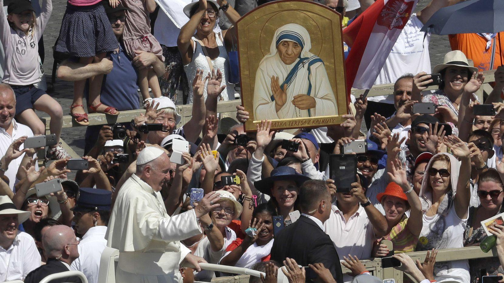 El papa Francisco ingresa a la plaza de San Pedro durante la ceremonia de canonización de la Madre Teresa en el Vaticano. (AP)