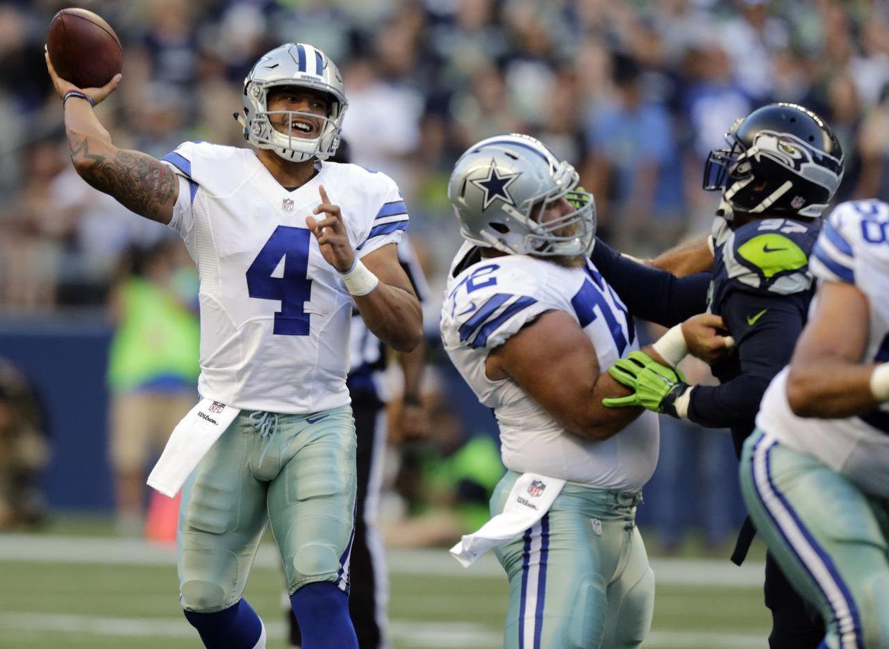 Dak Prescott (4) jugará su primer partido oficial en la NFL el domingo. El novato será el mariscal de Dallas mientras Tony Romo se recupera de una fractura en un hueso de la espalda. (AP/STEPHEN BRASHEAR)