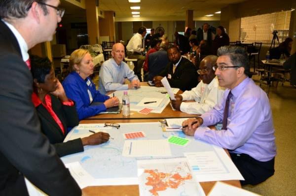 Pequeños grupos conversan sobre cómo hacer cambios en sus vecindarios durante un taller comunitario en la Preparatoria de Oak Cliff en octubre.(Cortesía: Inspire Dallas/Facebook)