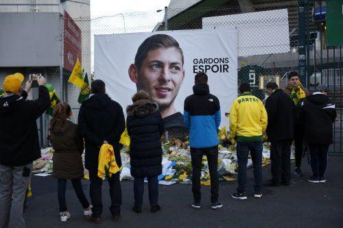Policía británica encontró cojines que podrían ser de la avioneta en la que iba el futbolista argentino Emiliano Sala. (AP Photo/Thibault Camus)