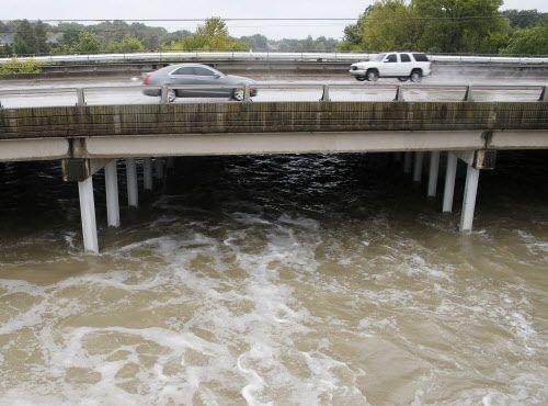 Automóviles en sentido sur de la Garland Road, a la altura del vertedero de White Rock Lake. Varias vías han sido cerradas debido a las inundaciones provocadas por las lluvias. VERNON BRYANT/DMN