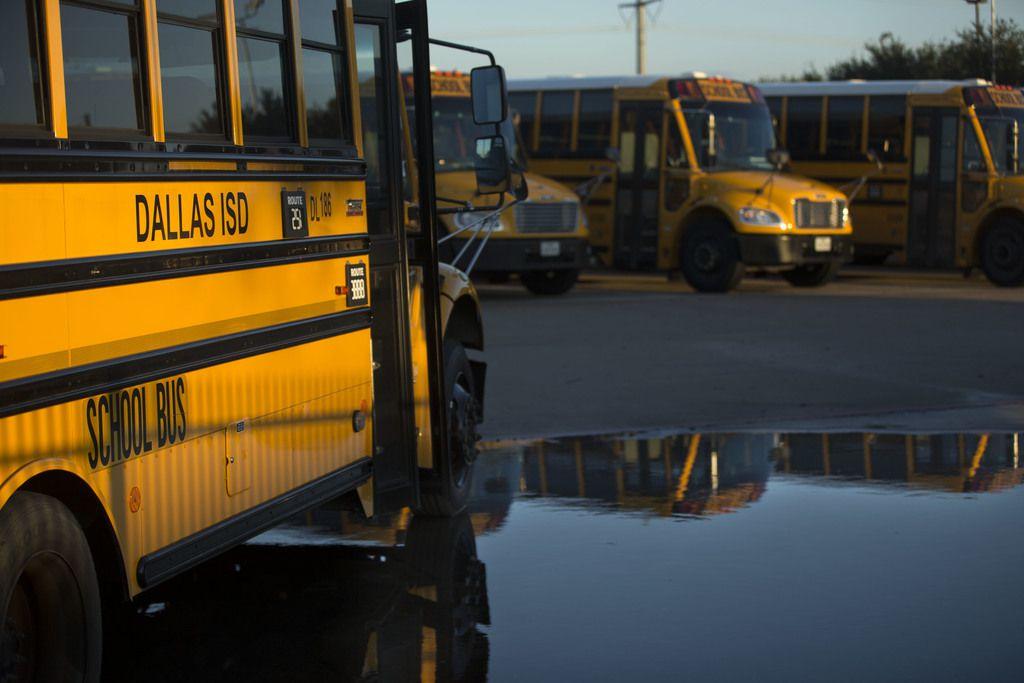 Autobuses del DISD en un estacionamiento del distrito.