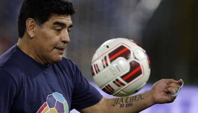 La leyenda del futbol Diego Armando Maradona podría ser candidato a presidente de la FIFA. (AP/GREGORIO BORGIA)