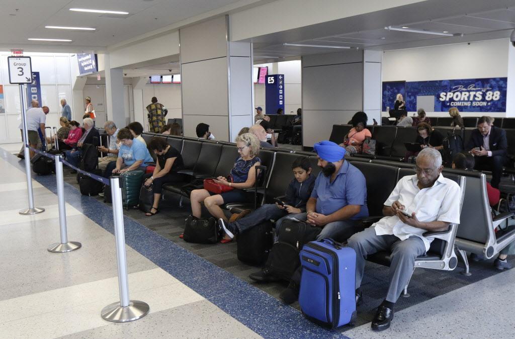 Los pasajeros ahora contarán con más enchufes y acceso a WiFi en las salas de espera de la remodelada Terminal E. DAVID WOO/DMN