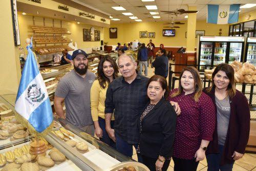 La familia Gelista con los dueños, Armando y Emilse (al frente), y sus hijos, en la Panadería Guatemalteca La Mejor en Carrollton. (Ben Torres / Especial para Al Día)