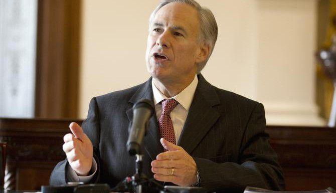 El gobernador electo de Texas Greg Abbott habla el lunes sobre sus prioridades durante la próxima sesión de la Legislatura estatal y del nombramiento de miembros de su gabinete. (AP/DEBORAH CANNON)