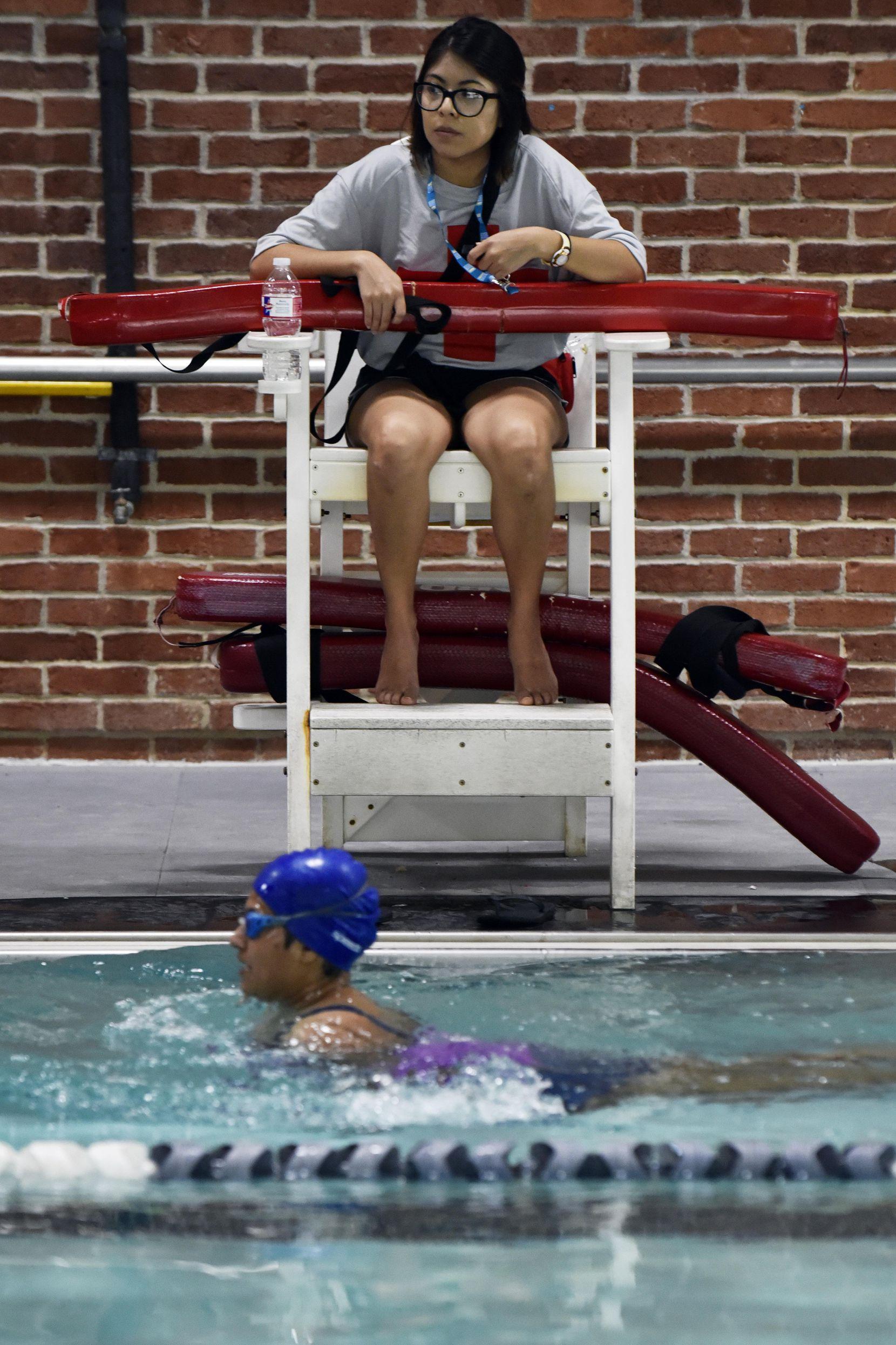 Betty Barrera, de 22 años, es una de las salvavidas en Bachman Indoor Pool, en Dallas. BEN TORRES/AL DÍA